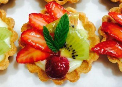 תות דובדבן קיווי על עוגיה